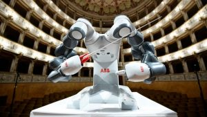 Робот YuMi диригував оркестром під час виступу Андреа Бочеллі