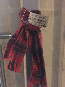 В Британії люди залишають на вулицях шапки й шарфи для тих, хто змерз
