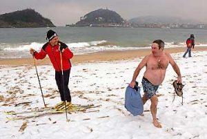 Пляж іспанського Сан-Себастьяну завалило снігом